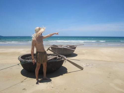 BR1 con gorro de paja vietnamita en China Beach, Vietnam