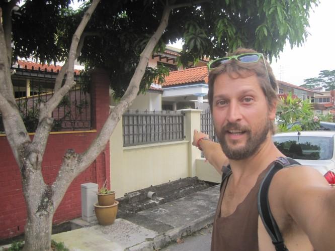 BR1 delante de la casa donde vivieron los creadores de mimótica micola en Singapur